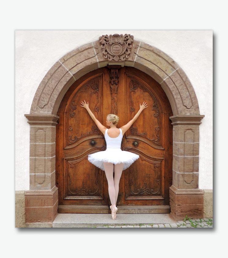 Ballerina vor Fachwerkhaus Eingangstür